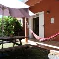 La terrasse avec table de jardin